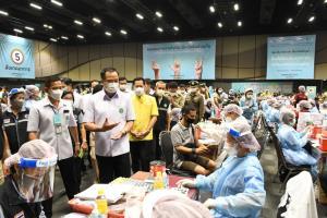 """""""อนุทิน"""" ตรวจเยี่ยมจุดให้บริการรณรงค์ฉีดวัคซีนโควิด-19 เนื่องในวันมหิดล ตั้งเป้าฉีด 1 ล้านโดสทั่วไทย คาดสิ้นปีฉีดครอบคลุมตามเป้า 70%"""