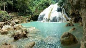 น้ำตกก้อหลวง อช. แม่ปิง (ภาพจากกรมอุทยานแห่งชาติ สัตว์ป่า และพันธุ์พืช)