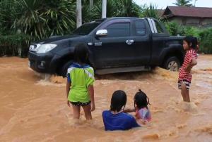 ฝนถล่มอ่างเก็บน้ำแตก! ไหลบ่าทะลักท่วม 3 หมู่บ้าน อ.ด่านขุนทด โคราช เดือดร้อน 200 หลัง