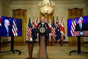 ประธานาธิบดี โจ ไบเดน แห่งสหรัฐฯ, นายกรัฐมนตรี บอริส จอห์นสัน แห่งอังกฤษ และนายกรัฐมนตรี สก็อตต์ มอร์ริสัน แห่งออสเตรเลีย ประกาศจัดตั้งกลุ่มพันธมิตรกลาโหม 3 ฝ่าย 'AUKUS' ในการแถลงข่าวร่วมทางไกล เมื่อวันที่ 15 ก.ย.