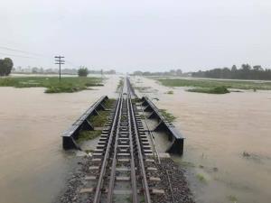 """น้ำท่วมทางรถไฟสายหนองคายเสียหาย รฟท.เปลี่ยนเส้นทางเดินรถ """"ศักดิ์สยาม"""" สั่งทุกหน่วยเร่งช่วยเหลือประชาชน"""