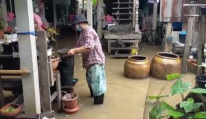 ชาวโผงเผงเร่งขนย้ายข้าวของหลังฝนตกตลอดทั้งวัน ทำน้ำในคำคลองโผงเผงเพิ่มขึ้น