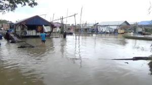 แม่น้ำมูลเพิ่มพรวดจ่อล้นตลิ่ง แพขายอาหารปิดโดยปริยาย ไม่มีรายได้