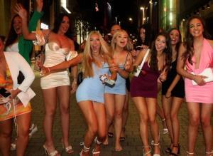"""ชีวิตสุขสันต์ของ """"นักศึกษาอังกฤษ"""" ยุคหลังโควิด-19 ปาร์ตี้เต้นรำดื่มจนเมาปลิ้นในผับวันเสาร์ก่อนต่อยาวข้างนอกได้"""
