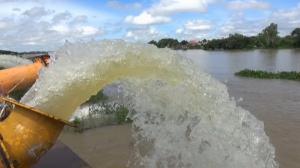 เร่งระบายน้ำท่วม 2 ชุมชนเทศบาลเมืองวารินชำราบ หลังฝนตกหนักน้ำมูลล้นตลิ่ง