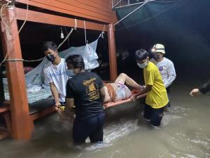น้ำไหลบ่าเข้าท่วมบ้านเรือนประชาชนในเขต อ.บ้านหมี่ ต้องเคลื่อนย้ายผู้ป่วยติดเตียงกันโกลาหล