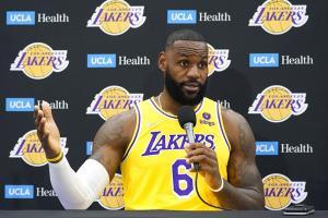 """""""เลอบรอน"""" ฉีดวัคซีนแล้ว!! ชี้เส้นทางสู่แชมป์ NBA เริ่มจากสุขภาพ"""