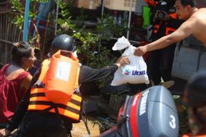 ปตท.ส่งทีมช่วยผู้ประสบภัยน้ำท่วมที่ลพบุรี