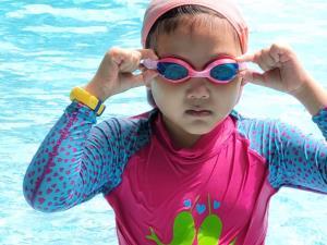 Fitbit Ace 3 Minion เป็นฟิตเนสแทรคเกอร์เพื่อเด็กประถมศึกษา ที่มีแบตเตอรี่อึดทน ทำให้คุณหนูสวมใส่ขณะว่ายน้ำได้ฉลุย