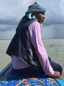 """""""สูมะ"""" ชาวบ้านประมงพื้นบ้านนั่งอยู่บนหัวเรือขณะกำลังล่องอยู่ในอ่าวปัตตานี จังหวัดปัตตานี เขาคือผู้มีภูมิปัญญาท้องถิ่นแห่งความเป็นประมงพื้นบ้านแท้จริง เขาสามารถจับปลาดุกทะเลในรูที่อยู่อาศัยของมันได้ด้วยมือเปล่า"""