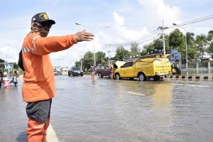 """""""ถนน-ทางรถไฟ"""" อ่วม 75 เส้นทางถูกน้ำท่วม มีระดับน้ำสูงรถสัญจรไม่ได้ 45 แห่ง"""