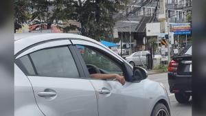 """วอนผู้ขับขี่รถยนต์ """"อย่าสูบบุหรี่"""" ยื่นมือออกมานอกรถ เพราะเถ้าบุหรี่อาจทำ มอ'ไซค์ เสียหลักล้มได้"""