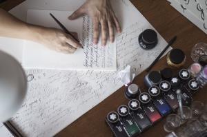 """เชื่อหรือไม่!!  ลายมือของคุณขายได้ """"นักออกแบบตัวอักษรผ่านลายมือ"""" ลูกค้าแบรนด์ระดับโลกต่างใช้บริการ"""