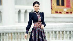 """""""พรฟ้า-ปุณิกา"""" ออกกองมิสยูนิเวิร์สไทยแลนด์วันแรก อวดลุคเดรสผ้าทอไทลื้อสุดปัง"""
