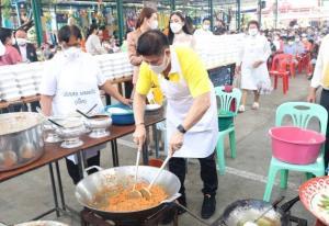 """""""ธรรมนัส"""" มอบสิ่งของพร้อมอาหารกลางวัน 1,000 ชุดช่วยชาวชุมชนแออัดบางเขน"""