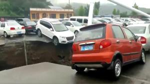 นาทีระทึก! หลุมยุบยักษ์ทรุดตรงลานจอดในจีน ฉุดรถยนต์หลายคันร่วงสู่ความลึก (ชมคลิป)