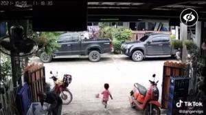 สลด! หนูน้อยวิ่งไปเก็บลูกบอล ถูกแท็กซี่พุ่งชนอย่างจังจนเสียชีวิต เตือนผู้ปกครองอย่าปล่อยเด็กคลาดสายตา