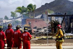 ระทึก! เครื่องบินเล็กตกในเขตชุมชนสหรัฐฯ ตาย 2 ศพ บ้านเรือนเสียหายหลายหลัง