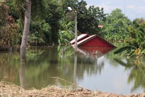 น้ำท่วมอ่างทองลดลงอย่างต่อเนื่อง ชาวบ้านเจอปัญหาใหม่น้ำเริ่มเน่าเหม็น