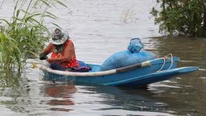 ชาวบ้านกรุงเก่าพลิกวิกฤต ล่องเรือวางข่ายหาปลาสร้างรายได้ ดีกว่านอนรอน้ำแห้ง