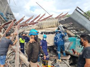 ระทึกตึกถล่มขณะรื้อถอน คนขับแบ็กโฮติดคาซาก 20 คนงานหนีตาย คาดต้นเหตุตัดเสาปูนหลักกลางอาคารจนถล่ม