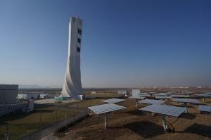 (แฟ้มภาพซินหัว : หอคอยโรงไฟฟ้าพลังความร้อนจากแสงอาทิตย์ ในเขตเหยียนชิ่ง กรุงปักกิ่ง เมืองหลวงของจีน)