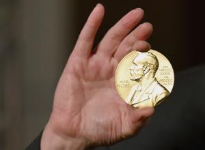 """คอลัมน์ """"นอกหน้าต่าง"""" :  ทำไมสหรัฐฯ ยังคงผูกขาดรางวัลโนเบล?  ปีนี้ทั้ง 6 สาขามีผู้ชนะ 13 เป็นมะกันถึง 8 คน"""