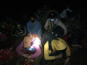 สกัดจับกลางดึก! แรงงานพม่าทั้งชายหญิง-เด็กเกือบครึ่งร้อยลอบเข้าช่องทางธรรมชาติชายแดนเชียงใหม่
