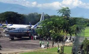 ภาพจาก Khit Thit Media  ระบุว่าเป็นครอบครัวของทหารที่ประจำการอยู่ในภาคสะกาย กำลังพากันไปขึ้นเครื่องบินกองทัพพม่าเดินทางออกจากสนามบินเมืองกะเล เมื่อตอนสายของวันที่ 11 ตุลาคม คาดว่าเป็นการอพยพออกจากพื้นที่เพื่อความปลอดภัย ก่อนการสู้รบครั้งใหญ่กำลังจะเริ่ม