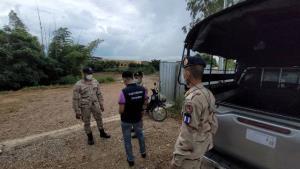 จับทั้งไทย-เมียนมาลอบข้ามน้ำเมยเข้าแม่สอด พบต่างด้าวซุกตึกติดพรมแดนรอรถรับส่งต่อ