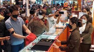 นำตัวหนุ่มชิงทอง 7 บาท ทำแผนประกอบคำรับสารภาพในห้างเขตตัวเมืองชลบุรี