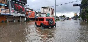 ระดับน้ำในเขตเศรษฐกิจเมืองจันทบุรียังคงสูงแม้ฝนหยุดตก ชาวบ้านเผยหนักสุดในรอบ 10 ปี