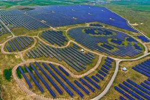 ประธานาธิบดีแห่งจีน สี จิ้นผิง สัญญาจะเร่งการพัฒนาพลังงานแสงอาทิตย์และพลังงานลมในจีน ในขณะที่ทุ่มเทสร้างพลังงานทดแทน  ในภาพ: สถานีโซล่าเซลล์ ที่ออกแบบเป็นรูปแพนด้ายักษ์ ในเมืองต้าถง มณฑลซันซี (แฟ้มภาพซินหัว)