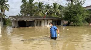 สถานการณ์น้ำ จ.ตราด ยังน่าห่วง ล่าสุดเขตตัวเมืองเจอน้ำทะเลหนุนทำแม่น้ำตราดเอ่อท่วมบ้านเรือน-วัด