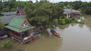 อ่วม! ชุมชนเกาะลอย บางปะอิน 150 หลังคาเรือนถูกน้ำเจ้าพระยาท่วมสูง
