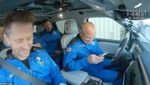 """ทั่วโลกรอคอย! ชมภาพ """"วิลเลียม แชตเนอร์"""" กัปตันเคิร์กของสตาร์ เทร็ค วัย 90 ปีเตรียมขึ้นบินท่องขอบอวกาศ 11 นาที กับบลูออริจินของจริง"""