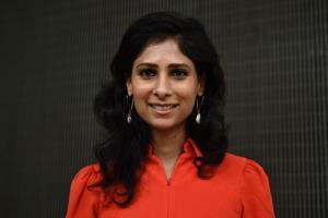 กีตา โกปินาถ หัวหน้านักเศรษฐศาสตร์ของไอเอ็มเอฟ ขณะให้สัมภาษณ์สำนักข่าวเอเอฟพี ที่สำนกงานใหญ่กองทุนการเงินระหว่างประเทศ ในกรุงวอชิงตัน เมื่อวันอังคาร (12 ต.ค.)