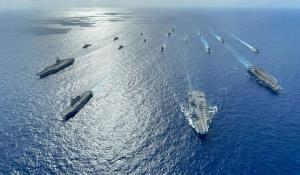 เรือบรรทุกเครื่องบินของสหรัฐฯ 2 ลำ และของสหราชอาณาจักร 1 ลำ ร่วมกับเรือจากชาติอื่นๆ อีก 4 ประเทศ ทำการซ้อมรบร่วมในทะเลจีนใต้