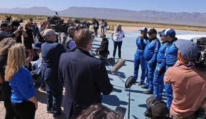 """In Pics: ชมภาพ """"กัปตันเคิร์ก"""" แห่ง """"สตาร์ เทร็ค"""" ลอยตัวไร้น้ำหนักในซีโรแกรวิตีในแคปซูลอวกาศบลูออริจิน """"ดีใจที่ได้เห็นโลกดาวแม่ที่ต้องปกป้อง"""""""