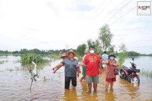 ชาวบ้านโวย! คนจ้างแบ็กโฮขุดดินกั้นน้ำเข้านา ทำน้ำท่วมทางเข้าหมู่บ้านเสียหายหนัก
