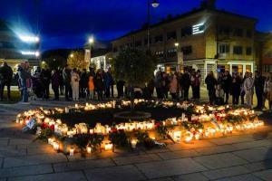 ผู้คนวางดอกไม้และจุดเทียนไว้อาลัยเหยื่อผู้เสียชีวิตเมื่อคืนวันพฤหัสบดี (14 ต.ค.) ตรงสถานที่เกิดเหตุโจมตีด้วยธนูในเมืองคองส์เบิร์ก, นอร์เวย์ ในคืนวันพุธ (13)
