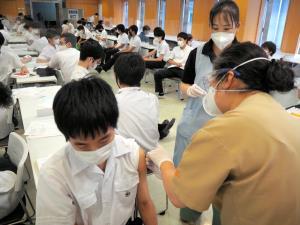 """ญี่ปุ่นเสนองดใช้ """"โมเดอร์นา"""" กับวัยรุ่น หวั่นผลกระทบหัวใจอักเสบ"""