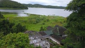 สุดท้ายต้องรื้อ! บ้านพักตากอากาศหรูริมทะเลสาบเขื่อนศรีฯ ยื้อสู้คดีมา 19 ปี