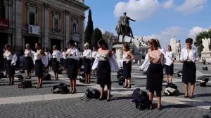 น่าเห็นใจ! แอร์โฮสเตสสายการบินอิตาลีถอดเสื้อผ้าประท้วงหลังถูกเลิกจ้าง (ชมคลิป)