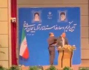 ผู้ร่วมงานช็อก! บุกตบศีรษะผู้ว่าฯ อิหร่านบนเวทีระหว่างพิธีสาบานตนรับตำแหน่ง (ชมคลิป)