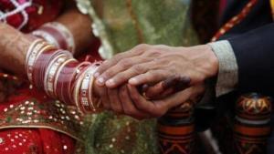 ตำรวจอินเดียรวบผัววัยทีน 'ขายเมีย' แลกเงิน 8 หมื่น 'ซื้อมือถือ'